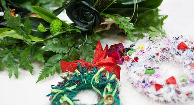 手編みのクリスマスリースとフレッシュレイの作品作り